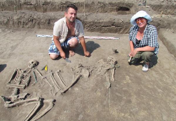 ахоронение. Археологи Марина Ягодинская и Василий Ильчишин на месте захоронения воина и женщины, принесенной ради него в жертву.