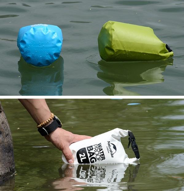 Водонепроницаемая сумка плавает на воде